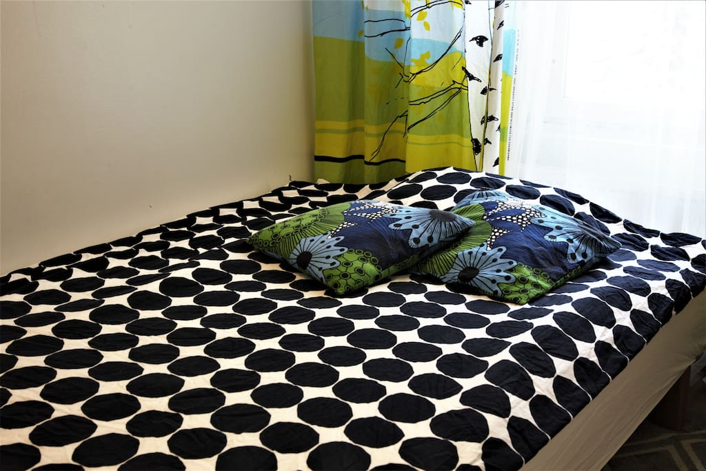 The double bed 140cm in the guest room is suitable for two.