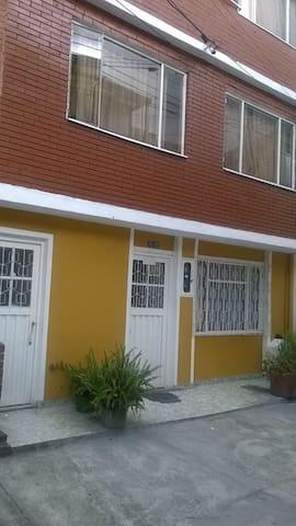 Dos habitaciones, una cama, un colchon inflable. - Bogotá