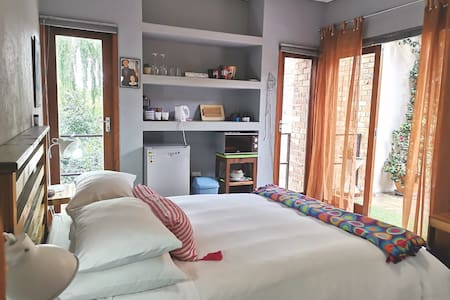 *Homely en suite private guest room in Westcliff*