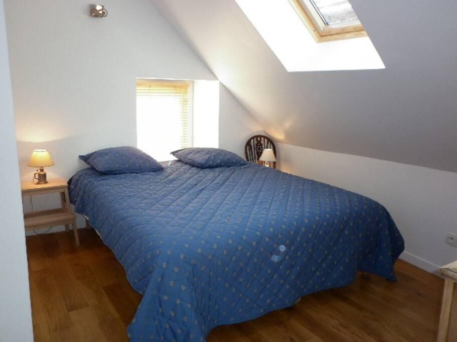 Chambre lumineuse et confortable. Litterie en 160 cm