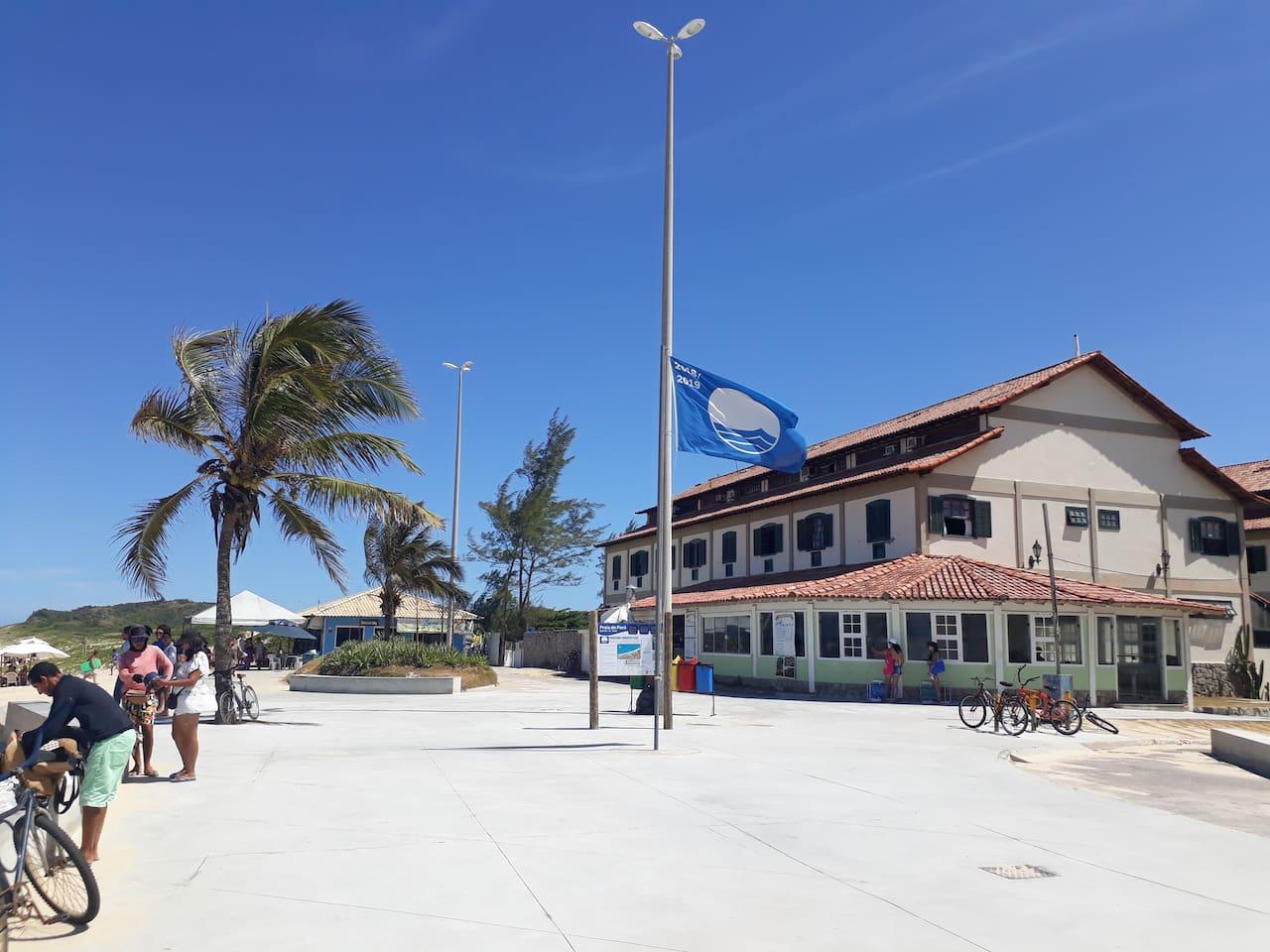 Em frente à praia,única no Rio com o selo bandeira azul