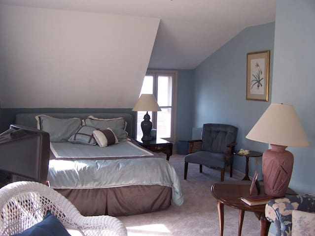 Spacious private suite with Lake view (Room #1) - Port Clinton - Penzion (B&B)