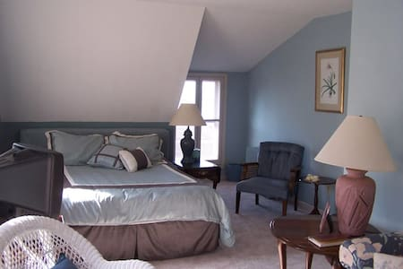 Spacious private suite with Lake view (Room #1) - Port Clinton - Bed & Breakfast