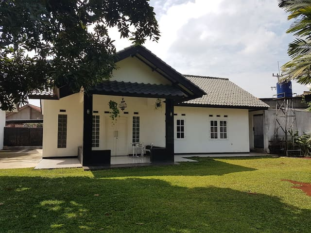 Green Family friendly 3BR Batutapak G House Parung