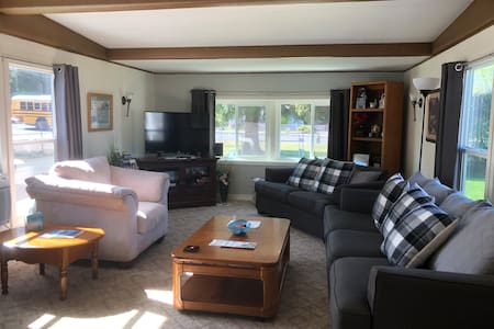 Cozy Home Sleeps 4-6 WiFi Large Yard  Patio/Grill
