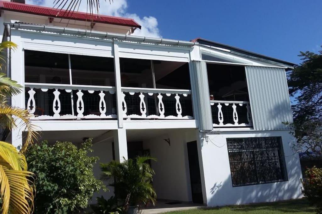 Les 2 studios sont situés en bas de la Villa