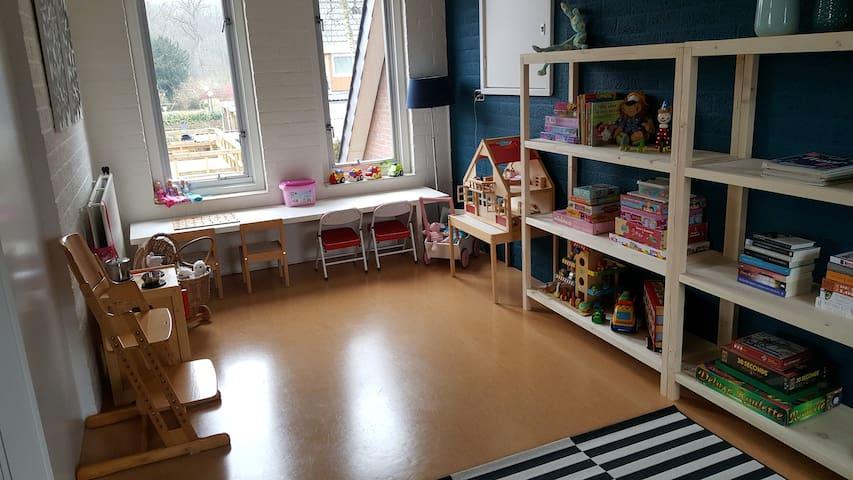De volledig ingerichte speelkamer