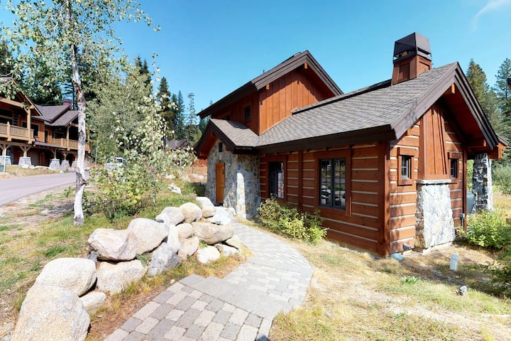 Modern ski-in/ski-out cottage w/gas grill & outdoor fire with log seats!