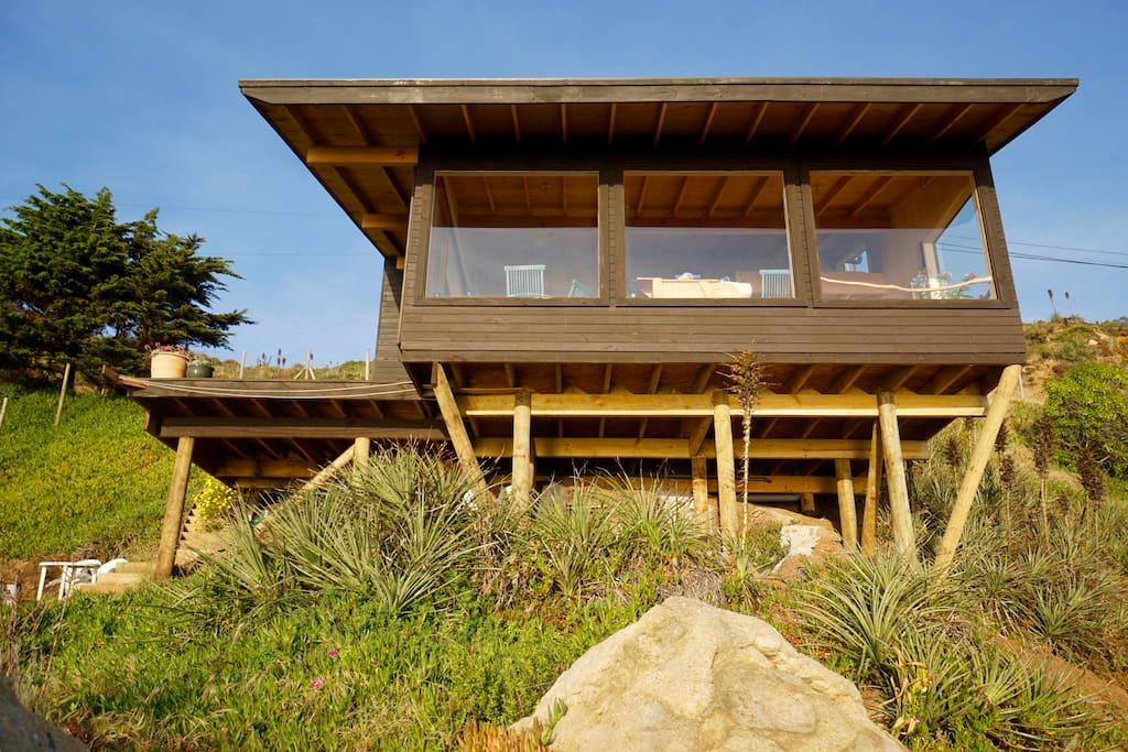 El loft con sus grandes ventanas para disfrutar la vista al mar
