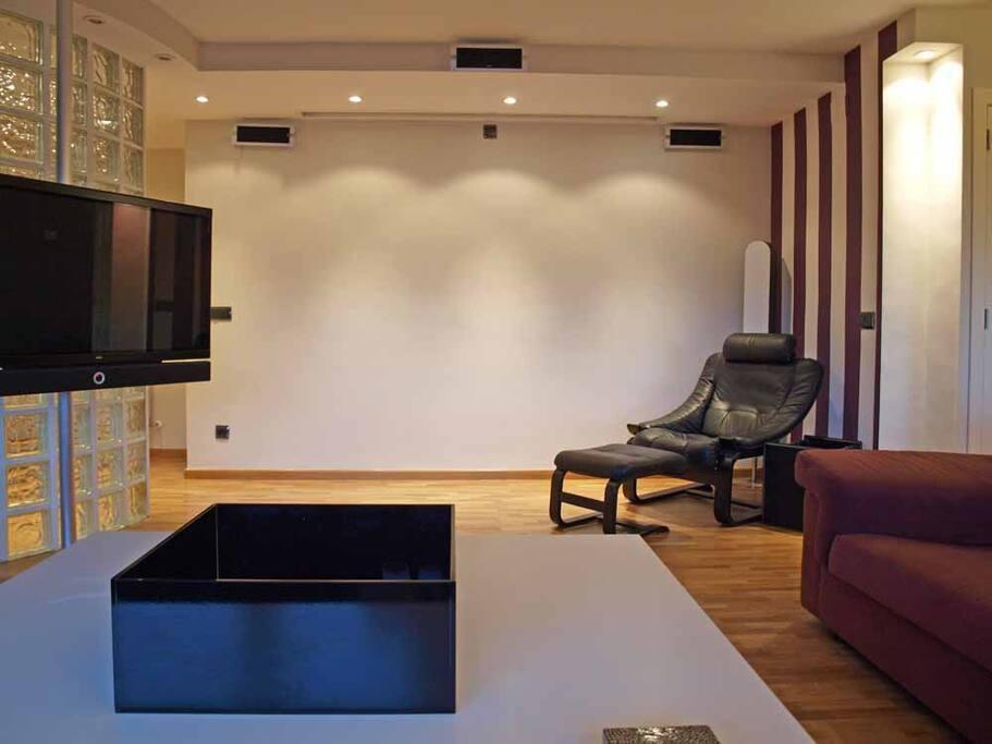 Salón equipado con Home Cinema y Proyector de cine. Living room equipped with Home Cinema and Film Projector.