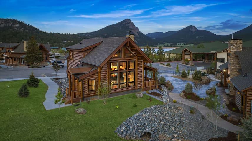 Beautiful Log Cabin located on Lake Estes