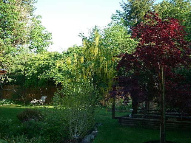 Cranberry Lake  King Garden Suite - Powell River - Apartment