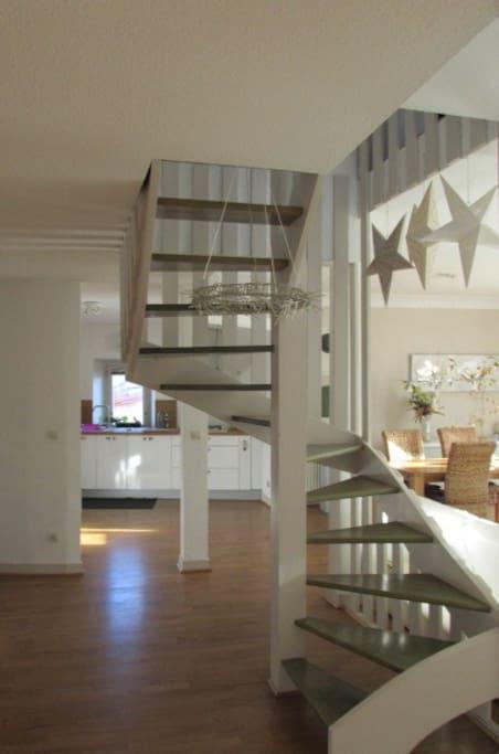 Escalier ouvert pour aller a l'etage dans la deuxieme chambre