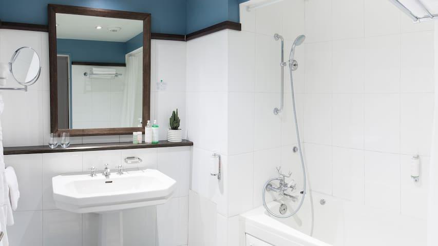 Chambre confortable et salle de bain spacieuse