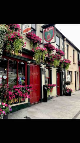 One of the many pubs in the village of Randalstown .