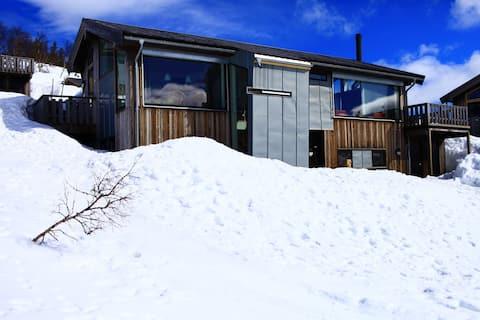 Moderne familiehytte ved foten av Hardangervidda