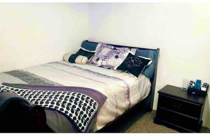 Perfect room with a queen bed. Fast wifi & parking