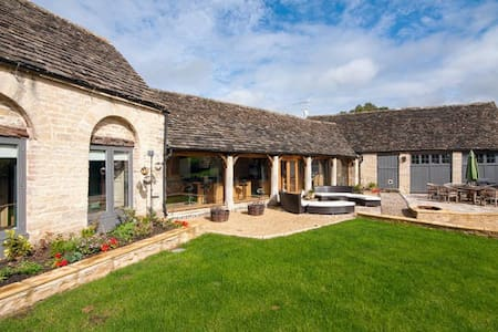 Converted Barn in the Cotswolds (Blue Bedroom) - Gloucestershire
