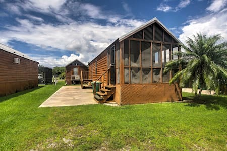 Everglades City Cabin w/Screened Porch & Boat Slip
