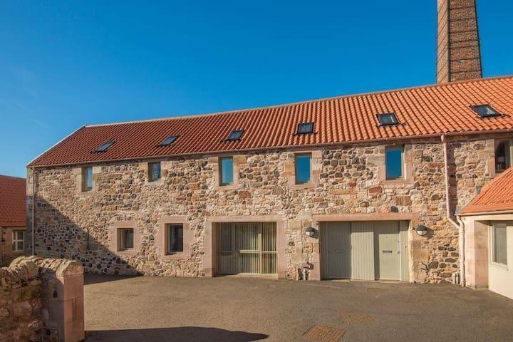 Beautiful Super-King Sized Bedroom: Gullane