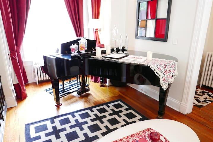 The Grand Piano at Logan Circle - Sleeps 6/7!