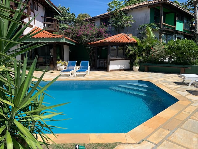 Piscina grande e integrada com a casa // Large Pool area is well integrated with the house