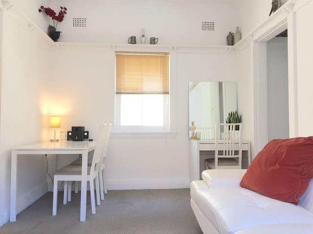 Sunny 1 bedroom apartment in Bondi - North Bondi - Byt