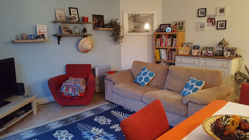 Large & airy double room in a cosy apartment