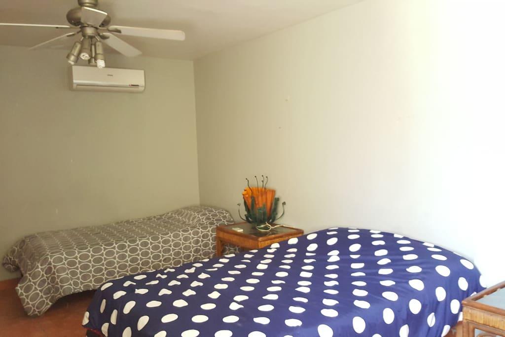 Amplia recamara con camas matrimonial e individual, se puede agregar colchon inflable individual cuenta con closets 2 abanicos de techo y aire acondicionado