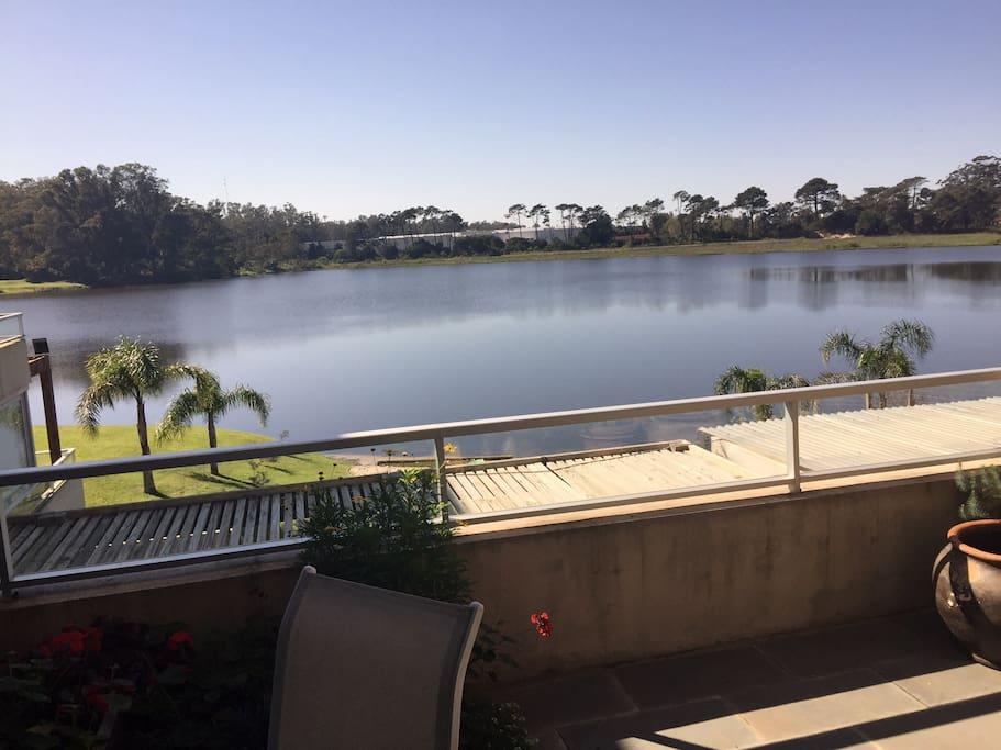 Terraza privada con vista al lago, acceso desde el living y cocina