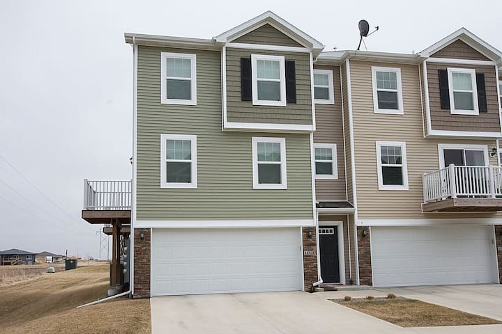 Clean 2 bedroom Modern Townhome - Ankeny - Huis