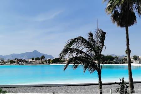 Lujoso departamento amueblado con vista a playa