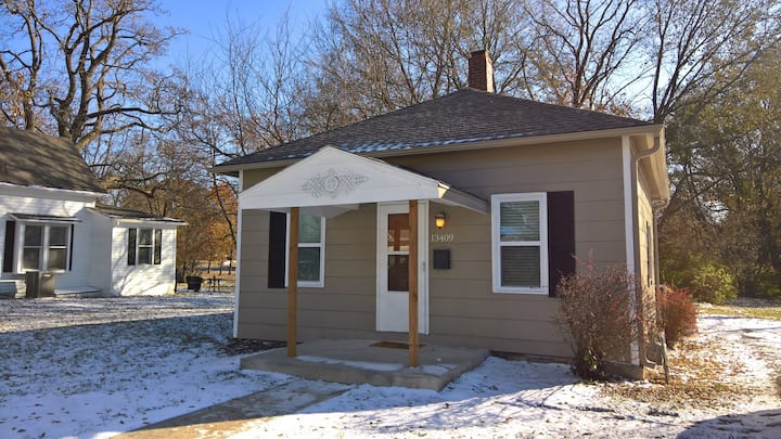 Modern and Cozy Cottage in Old Town Lenexa