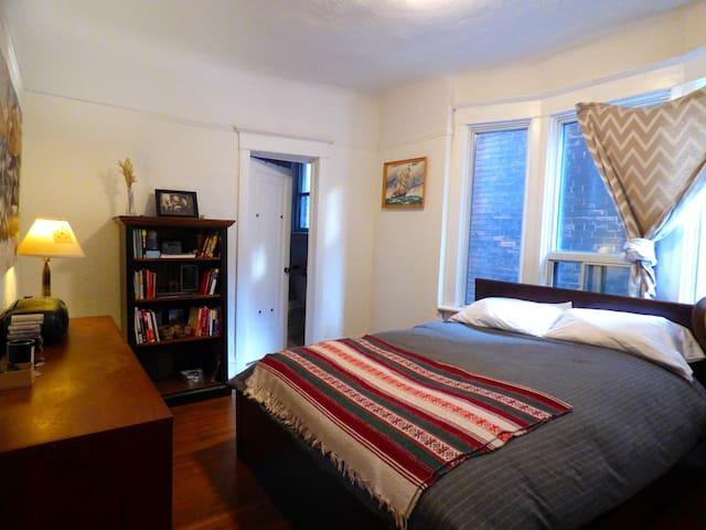 Bright, spacious 1 bedroom. Great neighbourhood! - Toronto - Casa