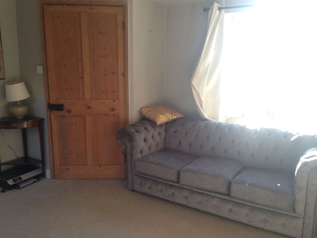 Private room with sofa bed in cosy cottage - Batheaston