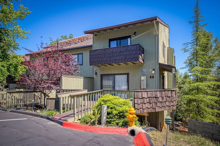 Spacious condo w/ access to a shared pool, tennis courts, golf, & more