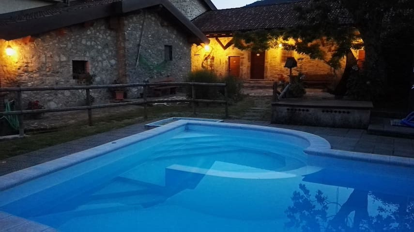 Monolocale su 2 livelli,  autonomo, vista piscina.
