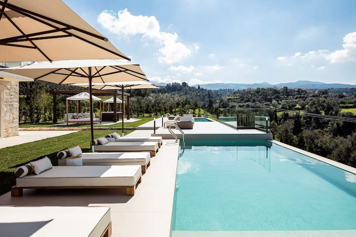 New Luxury Villa with Infinity Pools & Hot Tub