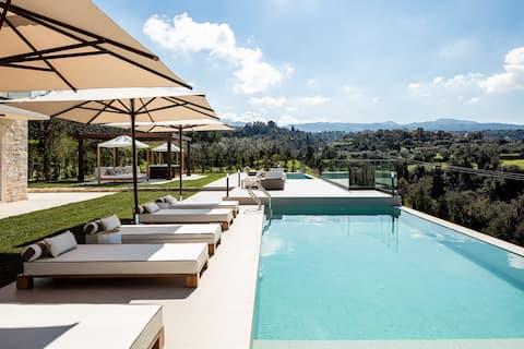 Ny luksusvilla med uendelige bassenger og boblebad