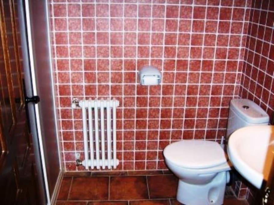 baño con ducha planta alta