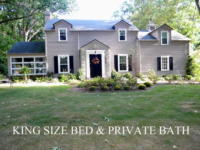 Private Bath, King Bed, Pro Football Hall of Fame - Canton - Bed & Breakfast