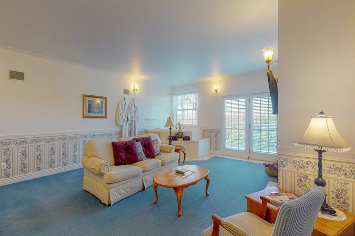 Gorgeous suite at oceanfront inn w/ jetted tub & gas fireplace - steps to beach!