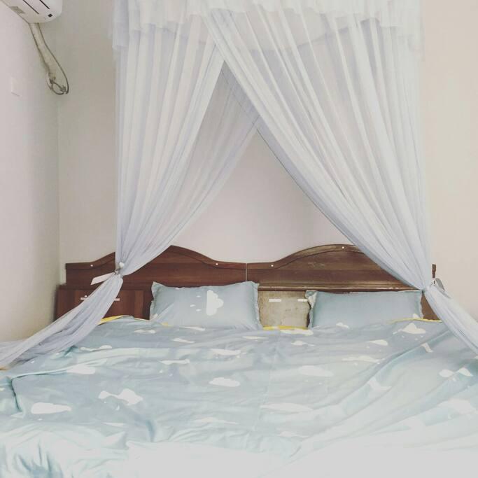 两张1.2mX2.0m的单人床拼在一起~足够容纳的下一家人或者三四个闺蜜。