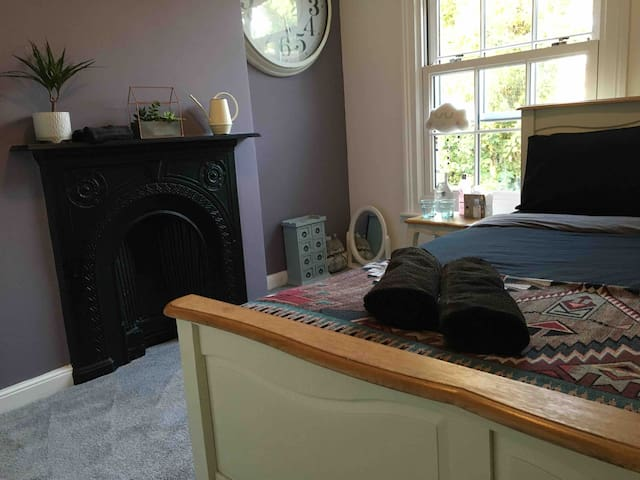 Double room in cosy Canterbury house