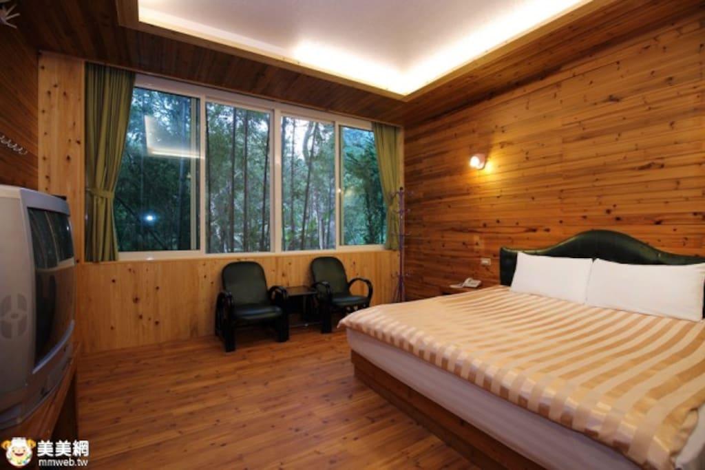 房間窗戶看出去即是整片竹林,幽靜環境,美不勝收。