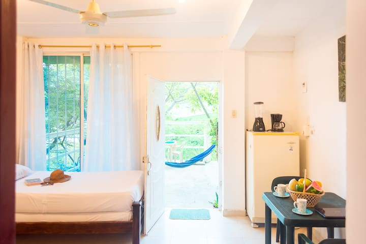 Studio near the beach with terrace and sea view!
