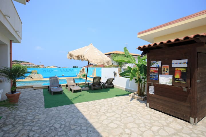 FAMILY RESIDENCE with pool and Garden on the beach