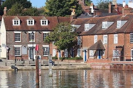 """""""River View"""" High St, Central Hamble-with Parking!"""