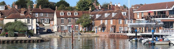 """River View""Central Hamble. Beautiful village home"