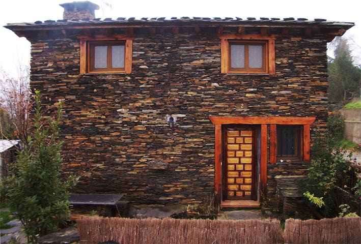 Casa rural en arquitectura negra de Guadalajara - Robleluengo - Rumah